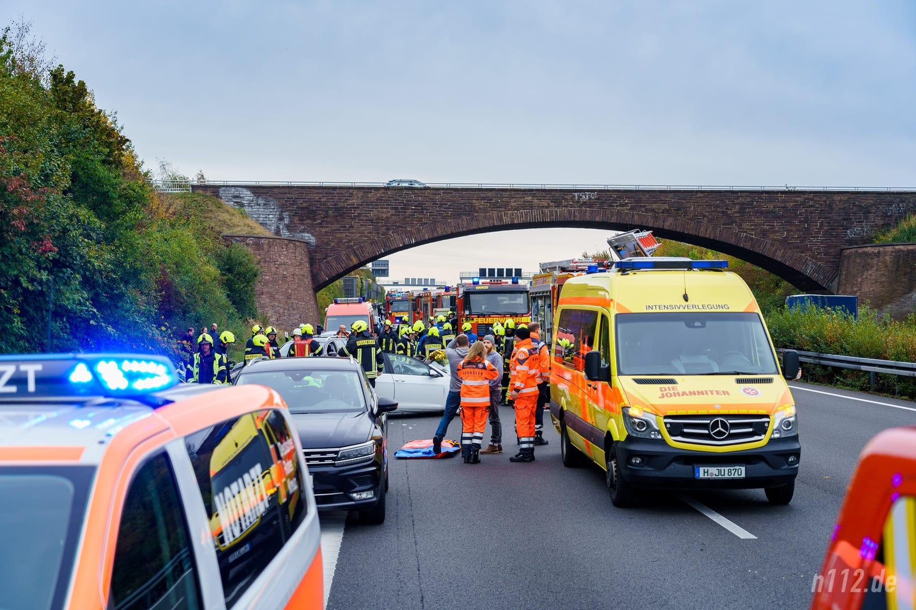 Der knallgelbe ITW der Johanniter aus Hannover war als erstes Rettungsfahrzeug zufällig auf die Einsatzstelle zugekommen (Foto: n112.de/Stefan Simonsen)
