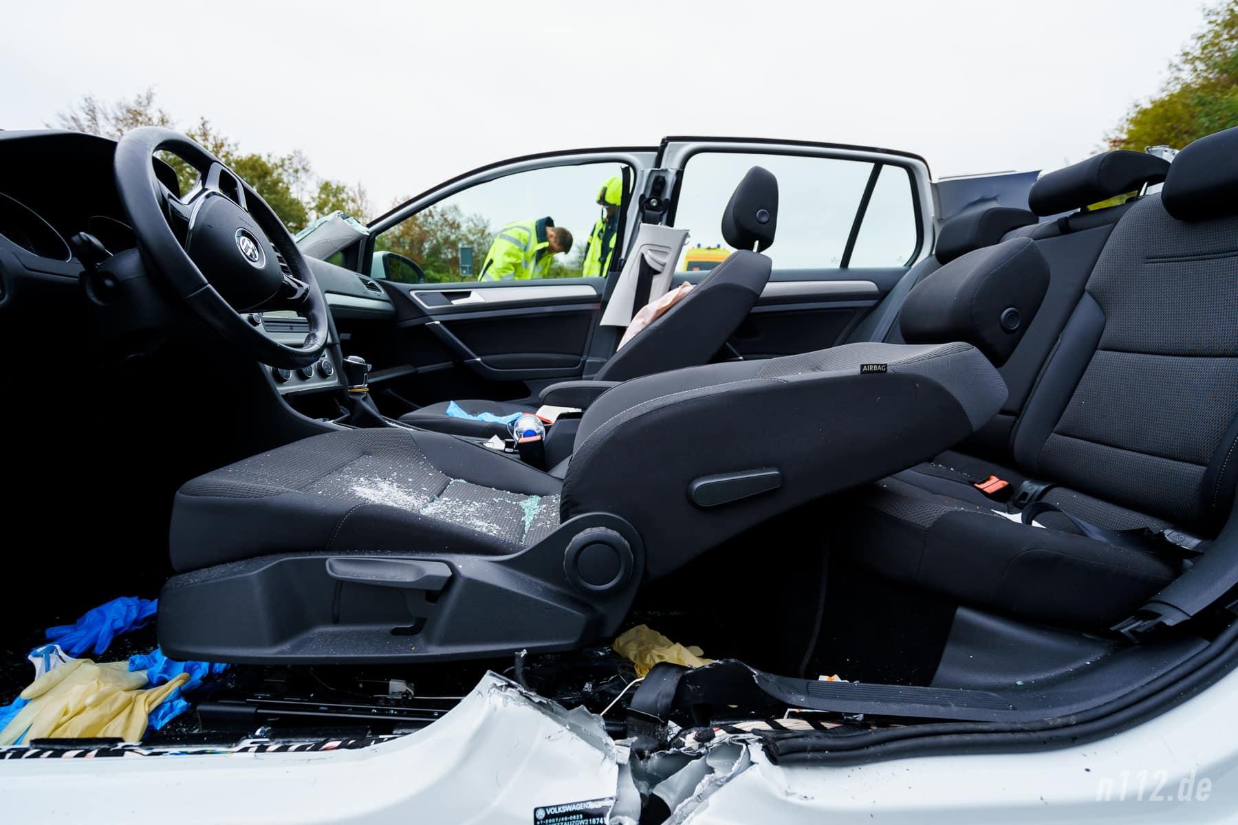 Der Fahrersitz ist komplett nach hinten umgeklappt worden, um das Spineboard unter den Verletzten schieben zu können (Foto: n112.de/Stefan Simonsen)