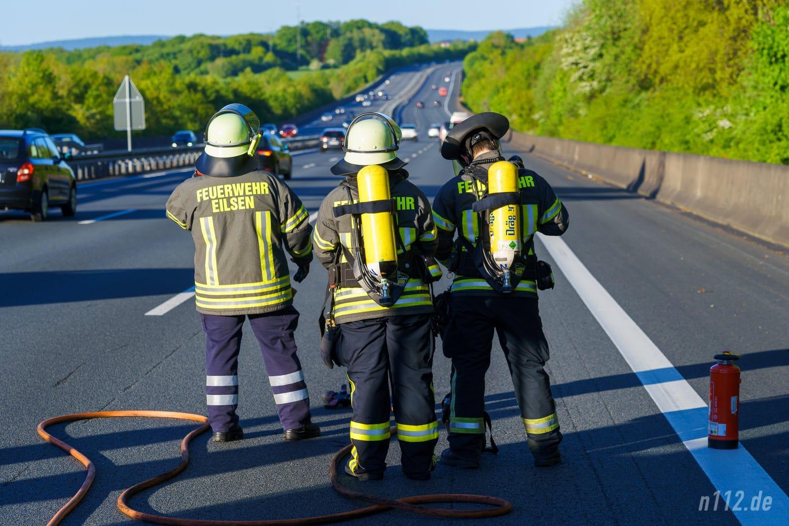 Bereit für die Landung des Christoph 4: Ehrenamtliche Feuerwehrleute aus Bad Eilsen (Foto: Stefan Simonsen/n112.de)