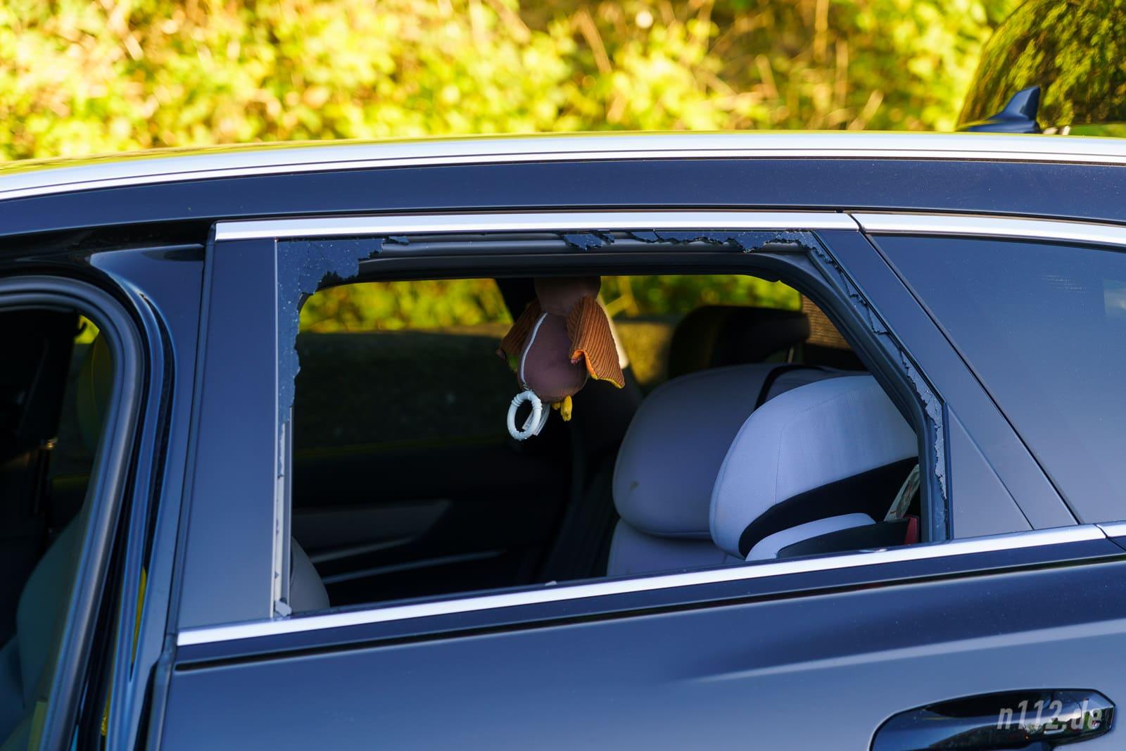Der Rettungsdienst schlug die Scheibe des Audi ein, um den Bewusstlosen versorgen zu können (Foto: Stefan Simonsen/n112.de)