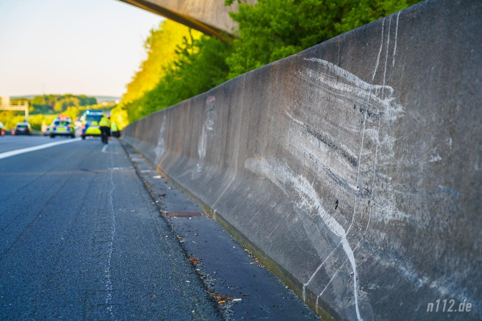 Mehrere hundert Meter lang schrammte der Audi immer wieder an der Betonmauer entlang (Foto: Stefan Simonsen/n112.de)
