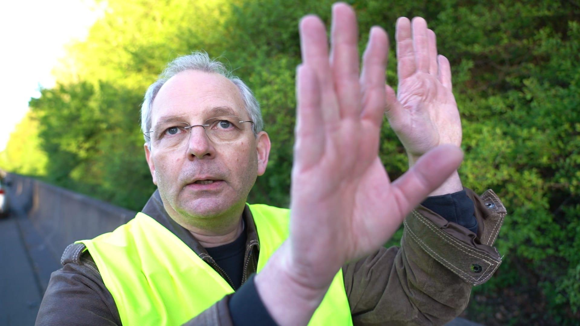Vorbildlicher Ersthelfer: Dietmar Morawe aus Bückeburg zeigt, wie er versuchte, Lastwagen anzuhalten