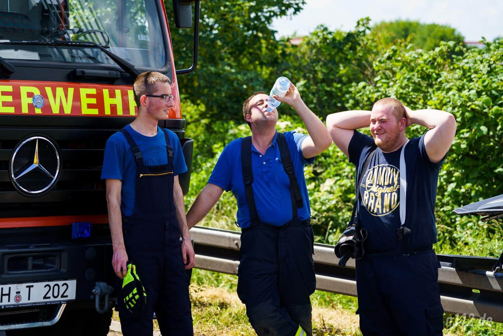 Abkühlung nach einem schweißtreibenden Einsatz in voller Feuerwehrmontur (Foto: n112.de/Stefan Simonsen)