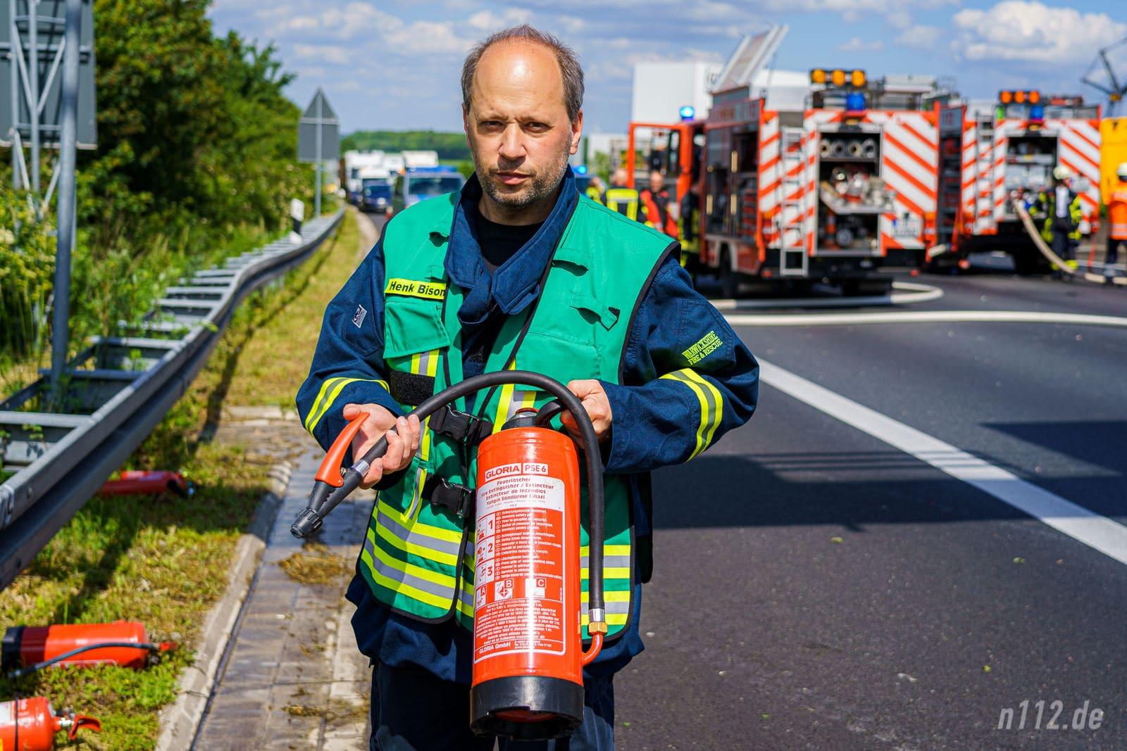 Pressesprecher Henk Bison zeigt einen Feuerlöscher, den LKW an Bord haben. Doch auch schon kleine Feuerlöscher für 30-40 Euro können ein Leben retten! (Foto: n112.de/Stefan Simonsen)