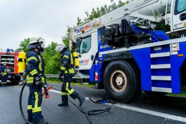 Ehrenamtliche Feuerwehrleute haben die letzten Glutnester am Autokran gelöscht (Foto: n112.de/Stefan Simonsen)
