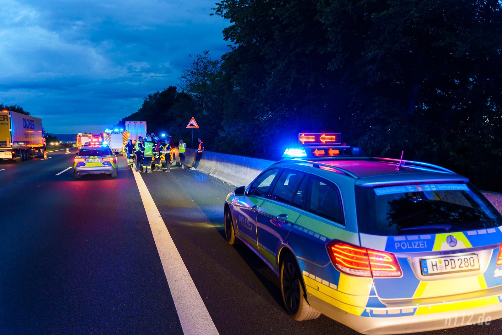 Die Polizei hat zwei der drei Fahrstreifen Richtung Dortmund gesperrt, damit die Feuerwehrleute sicher arbeiten können (Foto: n112.de/Stefan Simonsen)