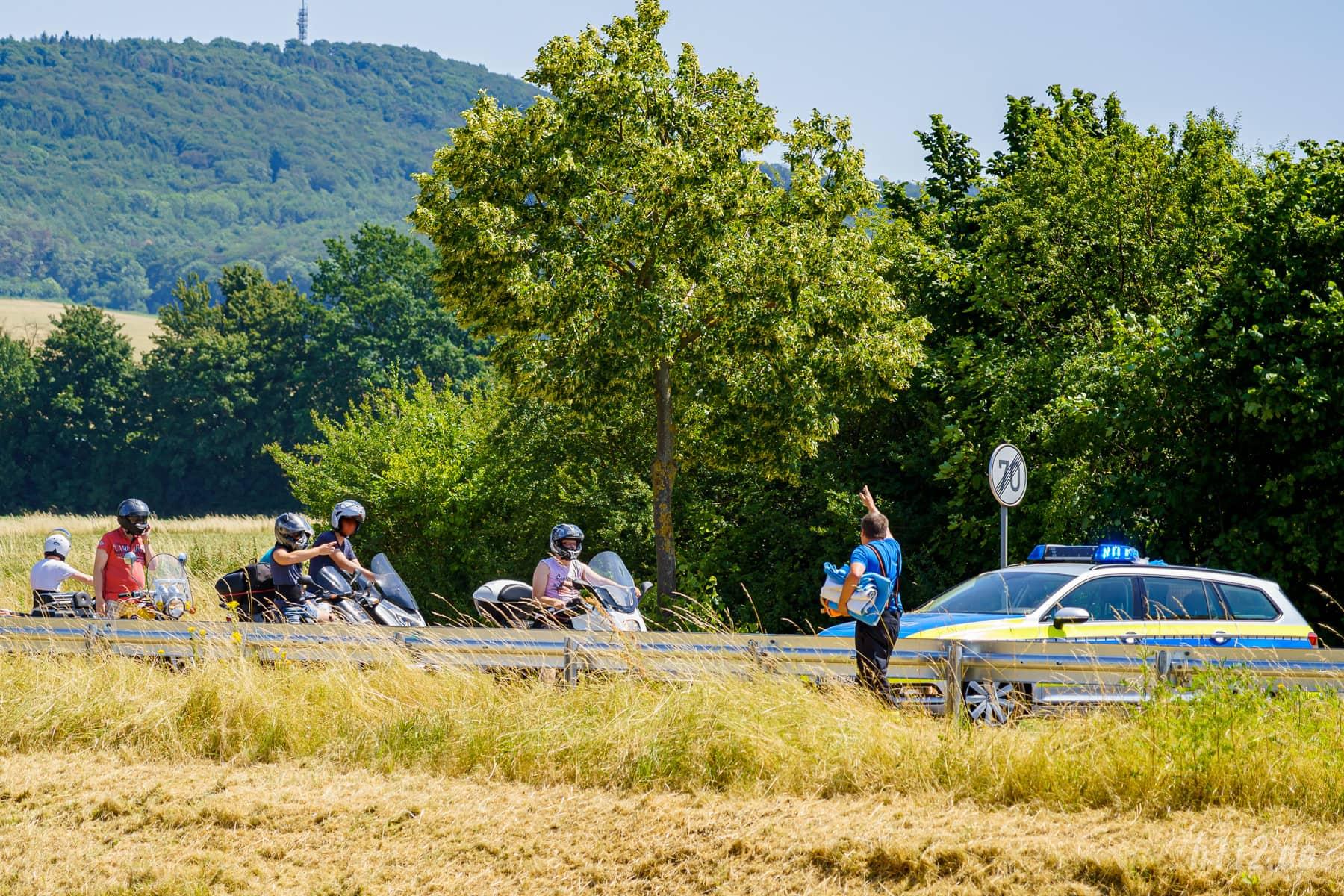 Der Feuerwehrmann fordert die Gaffer auf, umzudrehen und weiterzufahren (Foto: n112.de/Stefan Simonsen)