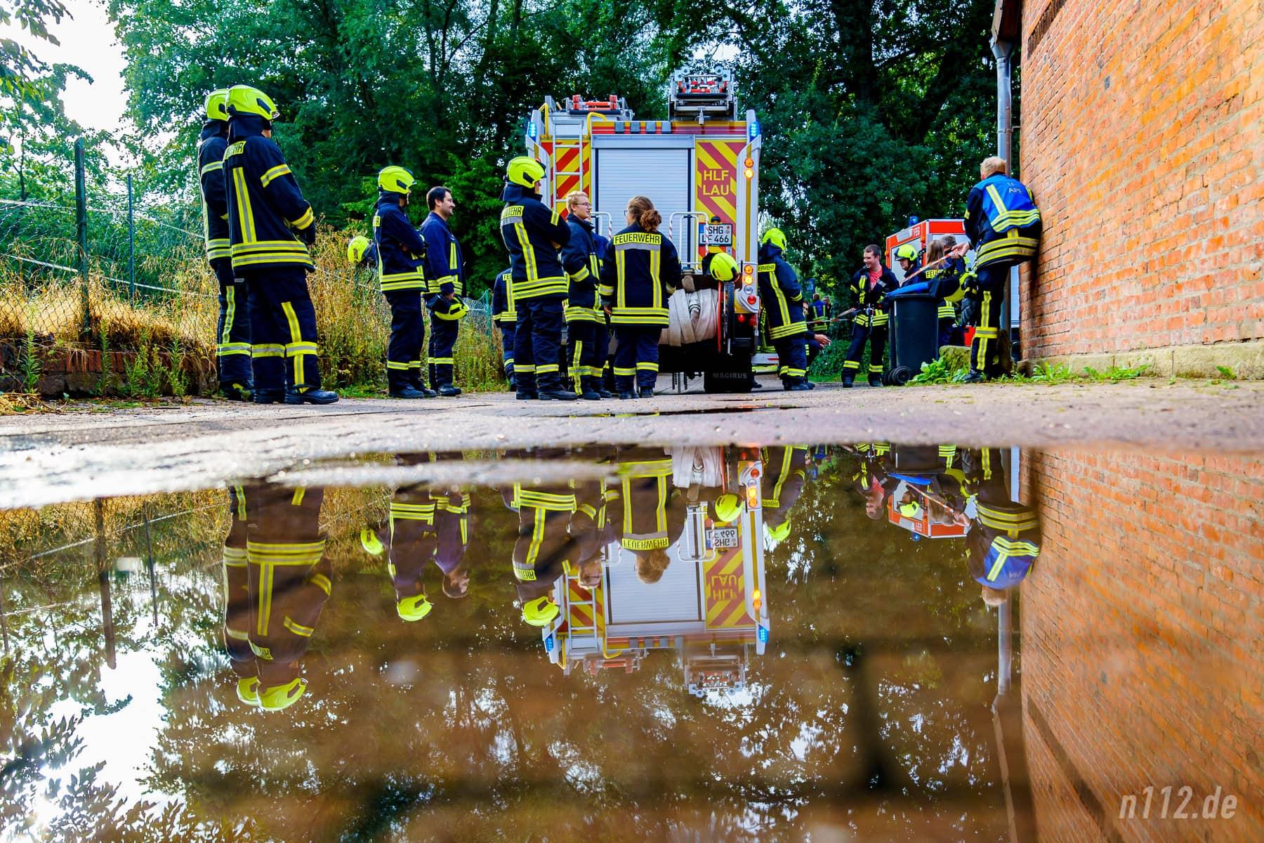 Warten auf den Einsatz: Ein Teil der 100 Feuerwehrleute (Foto: n112.de/Stefan Simonsen)