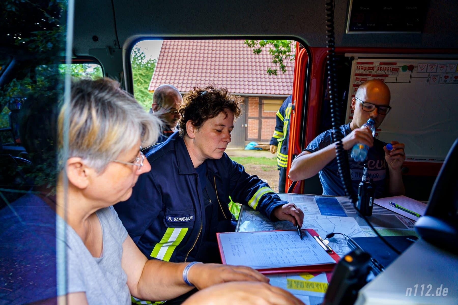 Im Einsatzleitwagen (ELW) koordinierten ehrenamtliche Spezialisten den Einsatz der über 100 Feuerwehrleute (Foto: n112.de/Stefan Simonsen)