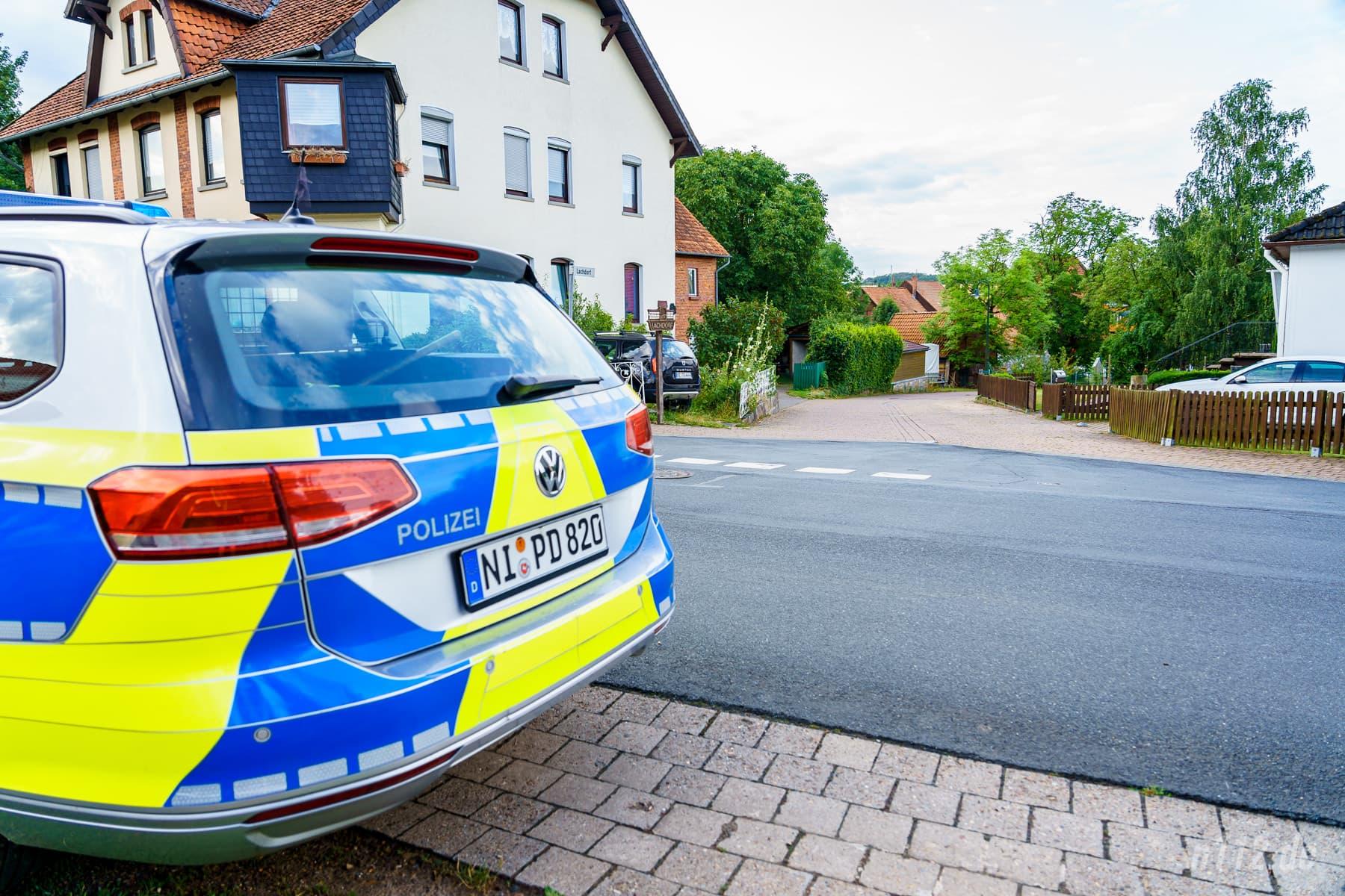 Mitgedacht: Die Polizei parkte abgesetzt vom Unglücksort, um die enge Straße nicht für die Feuerwehr zu blockieren (Foto: n112.de/Stefan Simonsen)