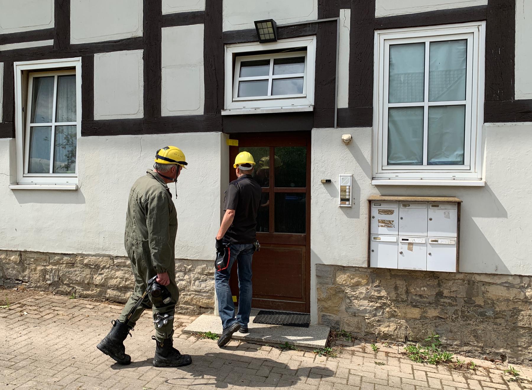 Tatortermittler der Kripo betreten am Donnerstag (01.08.19) das versiegelte Brandhaus (Foto: n112.de/Stefan Simonsen)