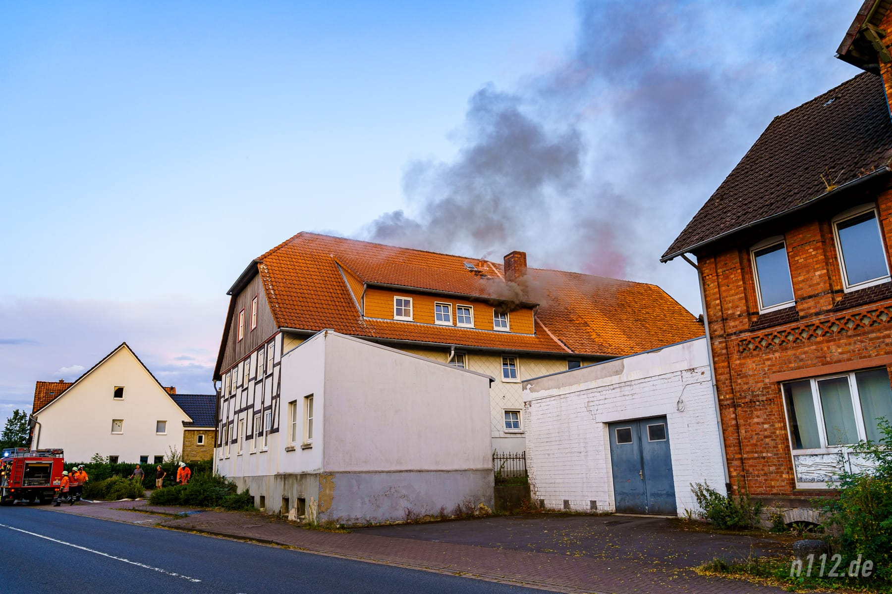 Beim Eintreffen der ersten Feuerwehrleute drang schwarzer Rauch aus dem Dachgeschoss (Foto: n112.de/Stefan Simonsen)