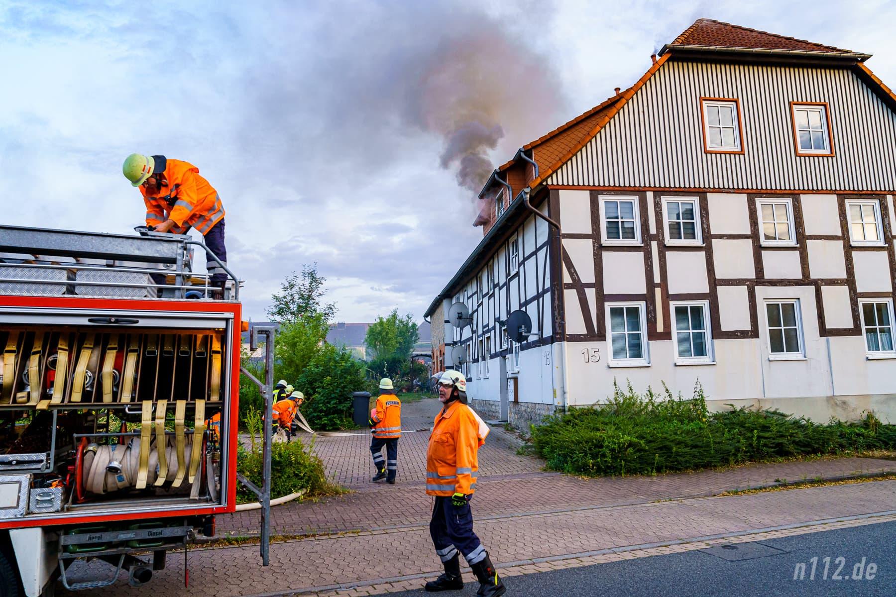 Innerhalb weniger Minuten wurde ein erster Löschangriff aufgebaut (Foto: n112.de/Stefan Simonsen)