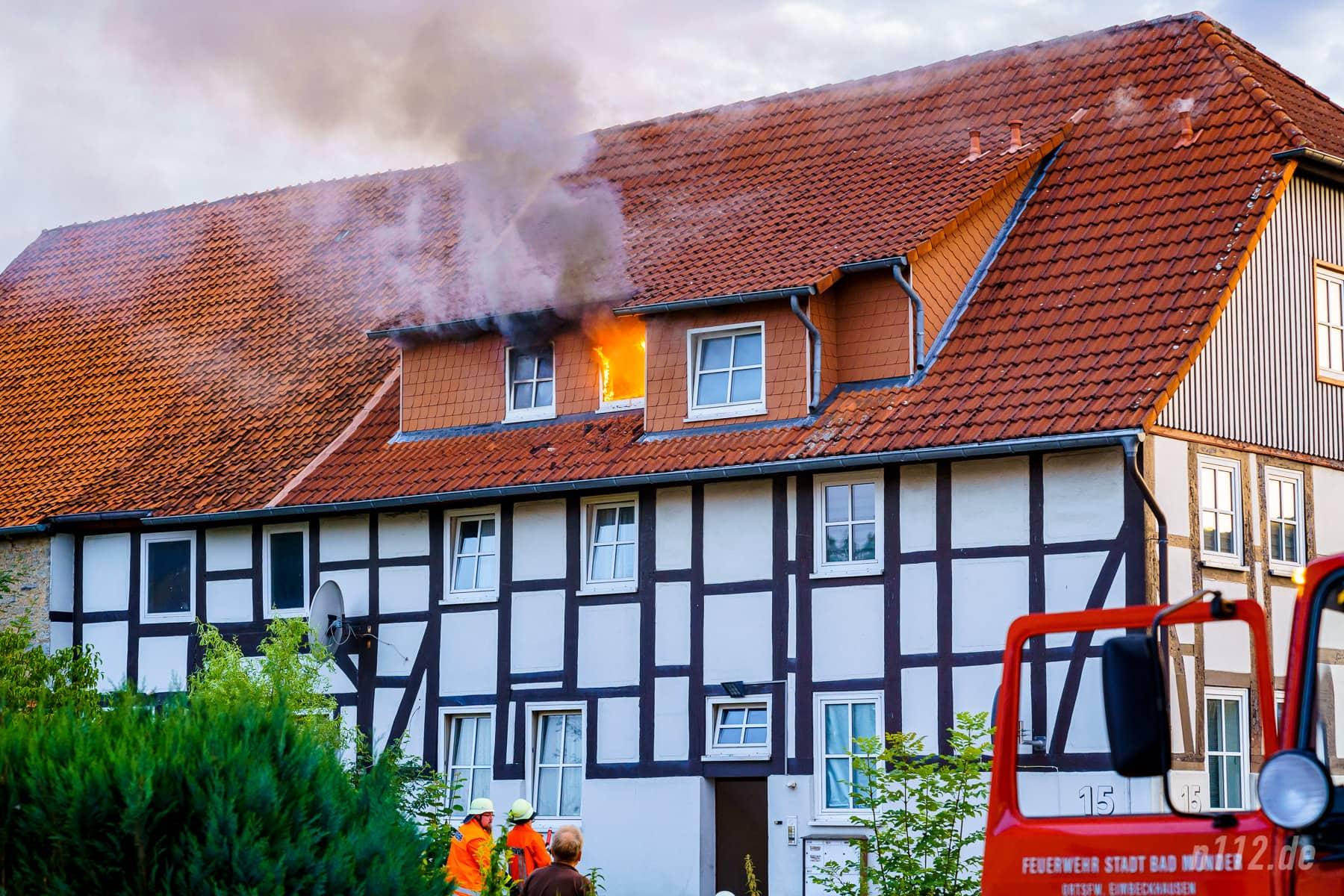 Wenige Sekunden, nachdem die ersten offenen Flammen aus dem Fenster schlagen, steht der Löschangriff (Foto: n112.de/Stefan Simonsen)