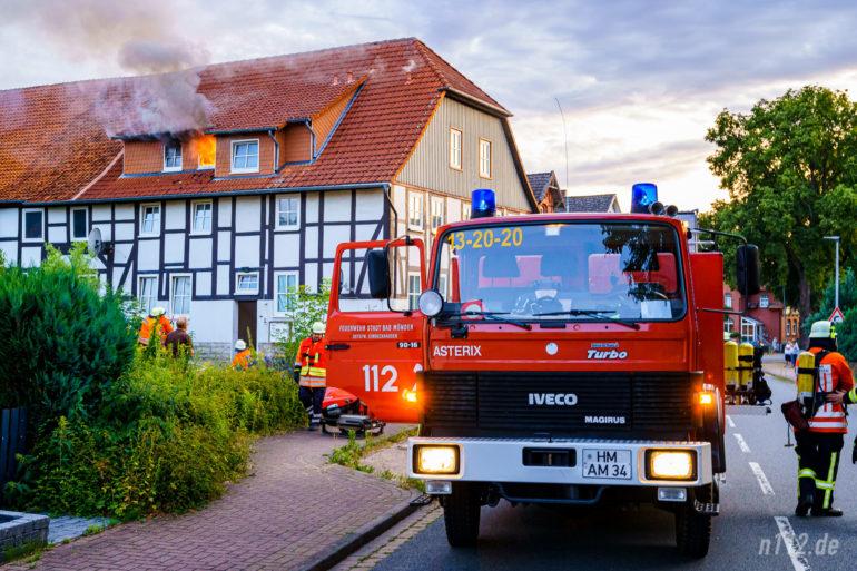 Flammen schlagen aus dem Mehrfamilienhaus in der Hauptstraße in Eimbeckhausen (Foto: n112.de/Stefan Simonsen)