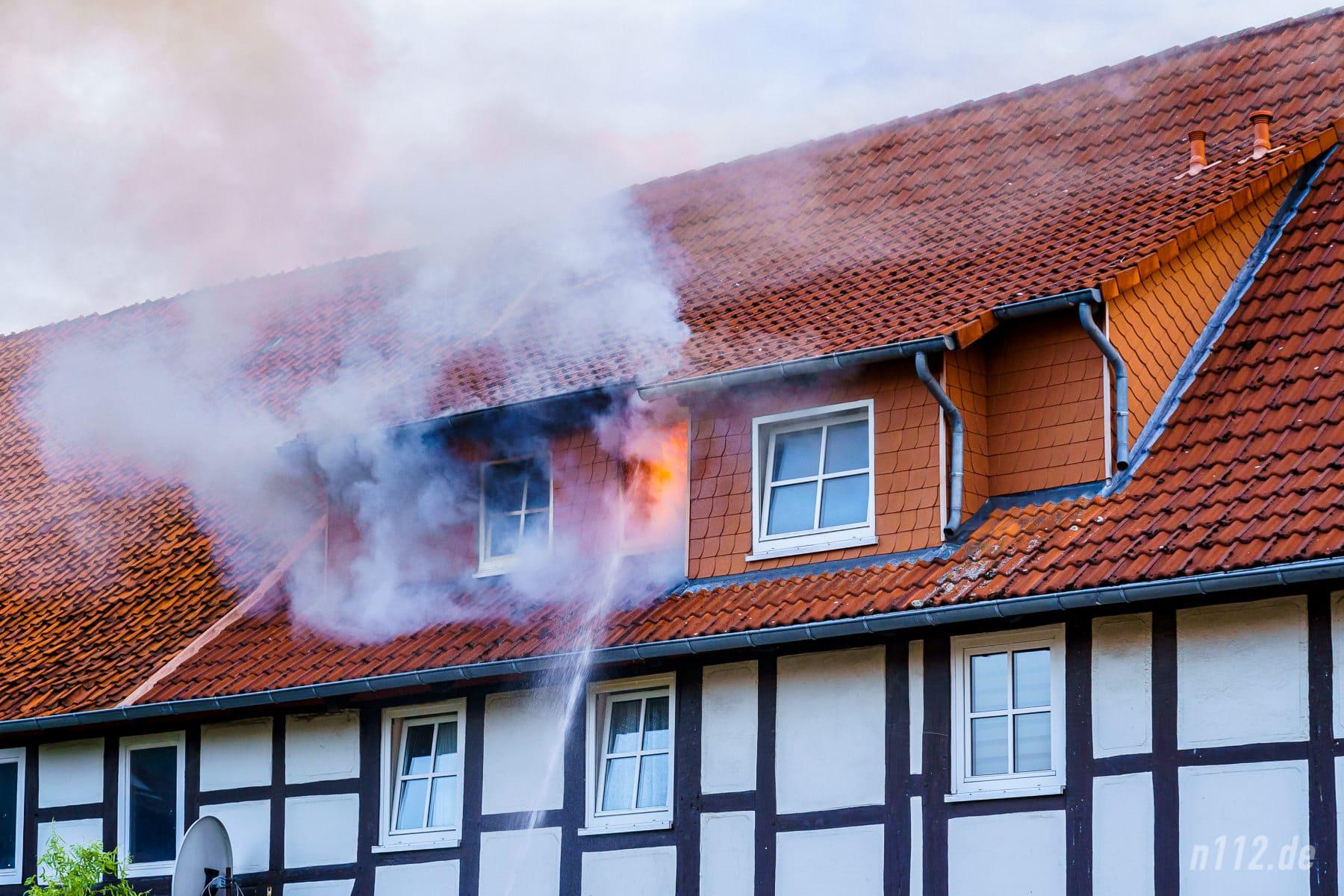 Das offene Feuer wurde erfolgreich daran gehindert, durch die Gaube auf das Dach überzuschlagen (Foto: n112.de/Stefan Simonsen)