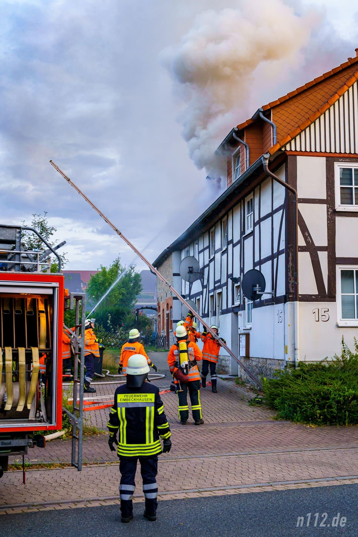 Um die Zeit bis zur Ankunft der Drehleiter zu überbrücken, bereiteten Feuerwehrleute eine Steckleiter vor (Foto: n112.de/Stefan Simonsen)