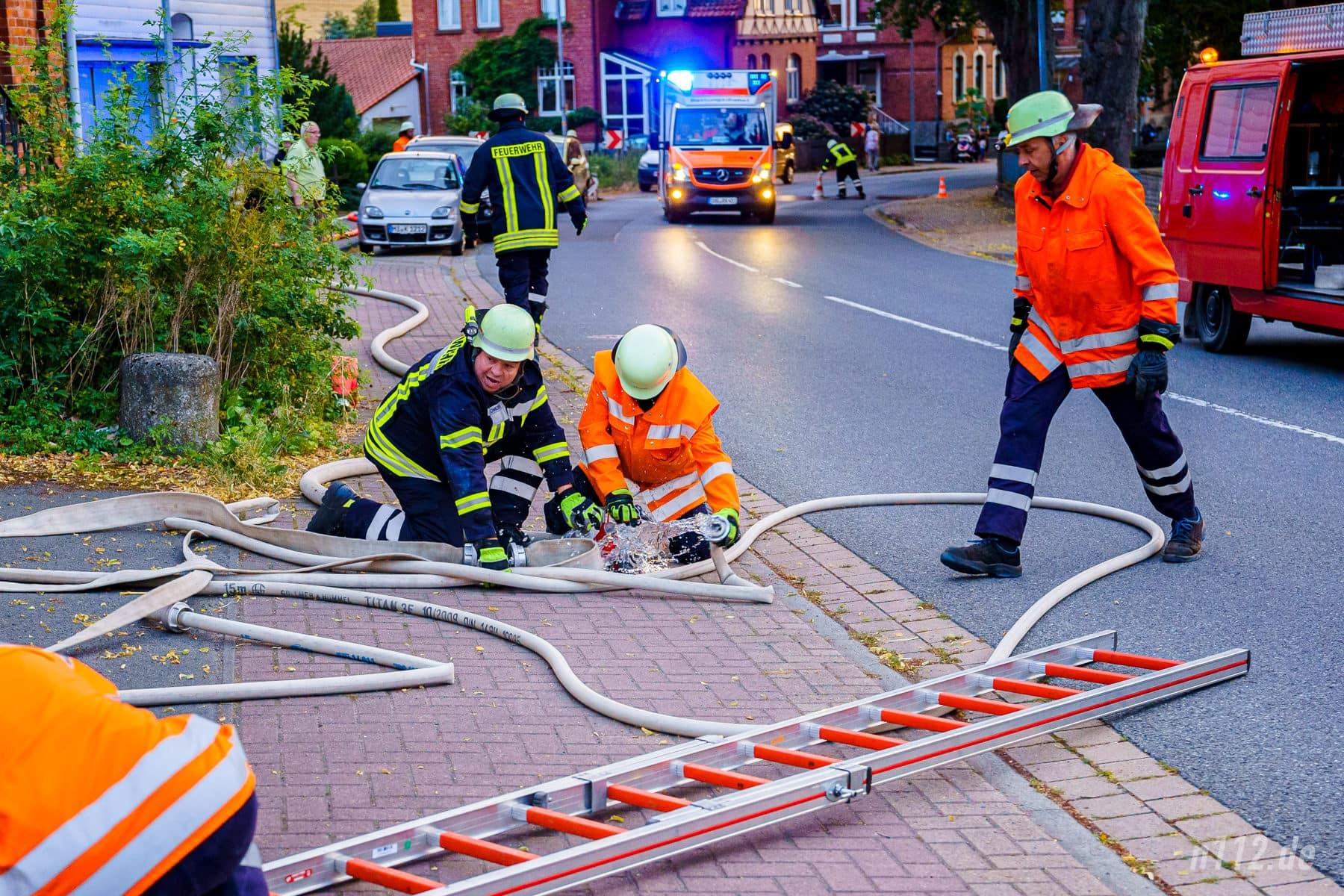 Auf der Rückseite: Die Feuerwehren aus Beber und Rohrsen bereiteten einen Löschangriff über Steckleitern vor (Foto: n112.de/Stefan Simonsen)