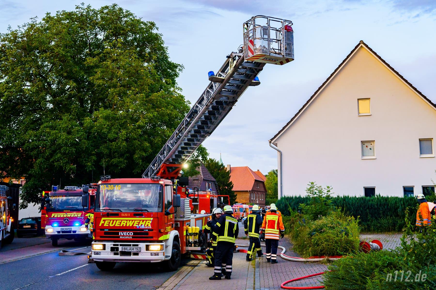 Die Drehleiter aus Bad Münder wurde an der Vorderseite aufgestellt (Foto: n112.de/Stefan Simonsen)