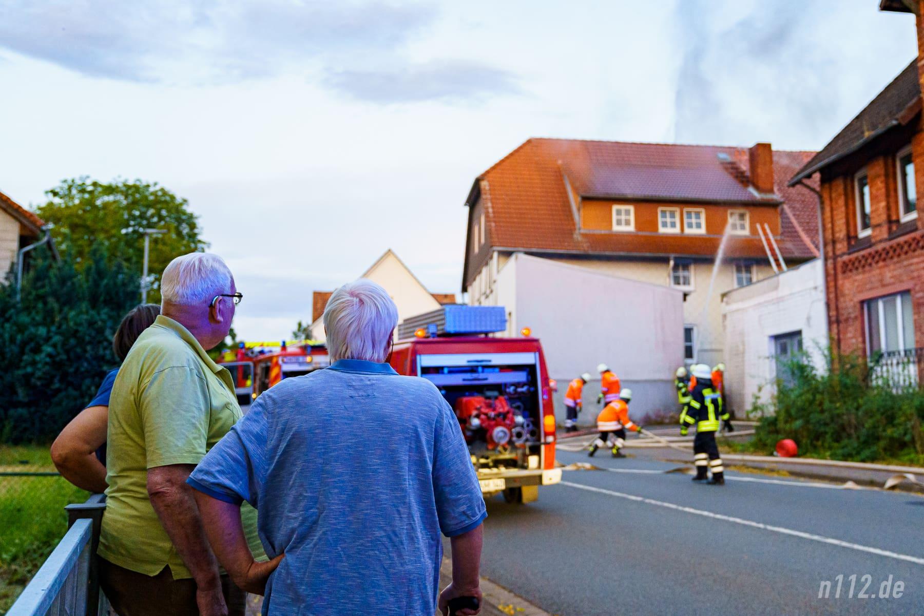 Anwohner beobachten die Löscharbeiten ((Foto: n112.de/Stefan Simonsen)