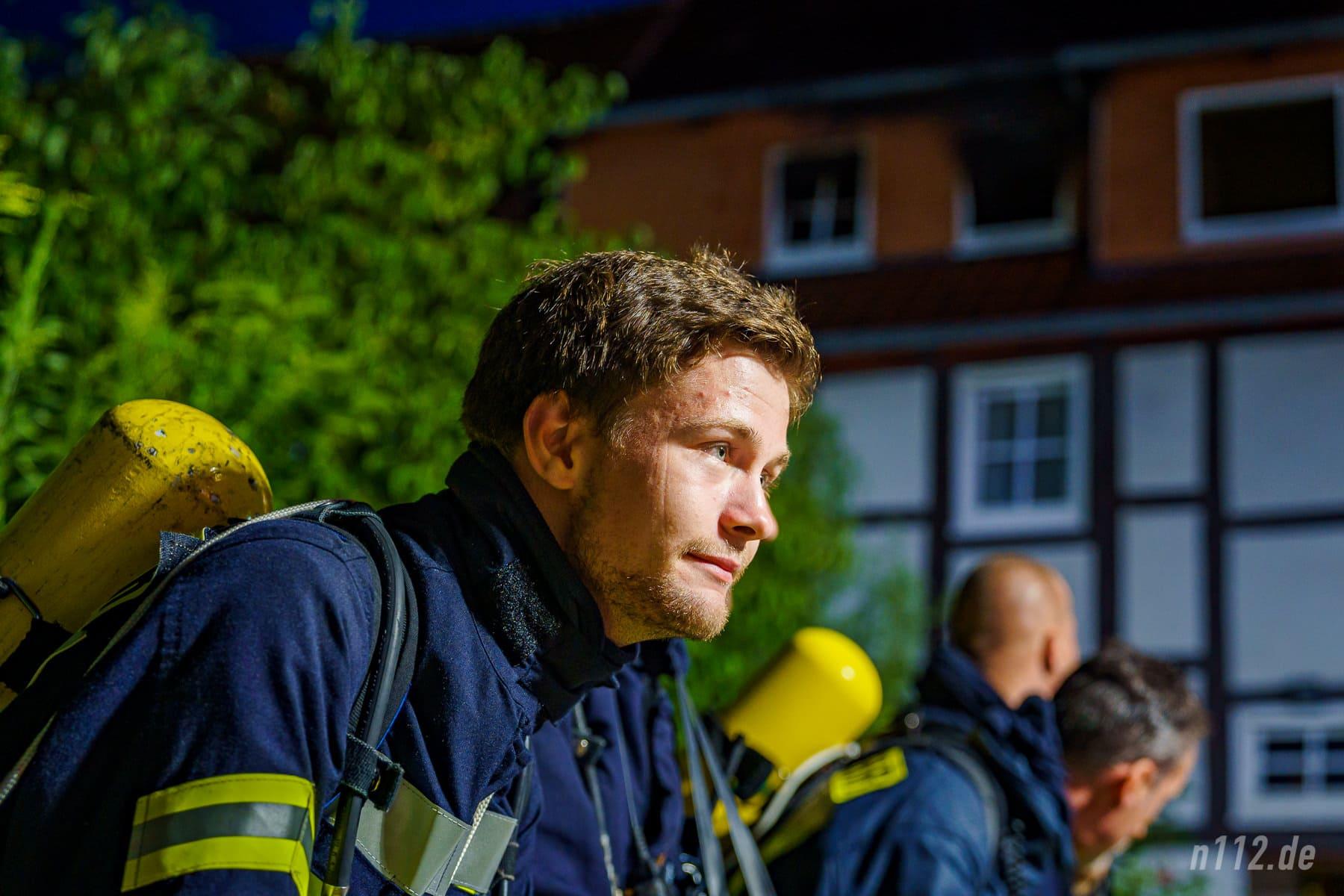 In Bereitschaft: Ein Atemschutzgeräteträger wartet auf seinen Einsatz (Foto: n112.de/Stefan Simonsen)