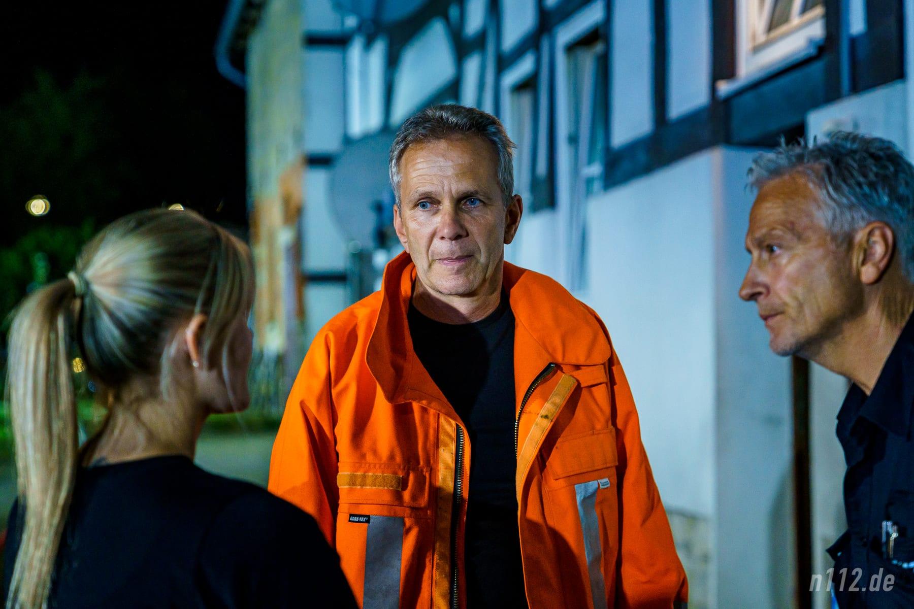 Bürgermeister Hartmut Büttner kam später als Vertreter der Kommune zur Einsatzstelle, um eine Unterbringung der Bewohner zu organisieren. (Foto: n112.de/Stefan Simonsen)