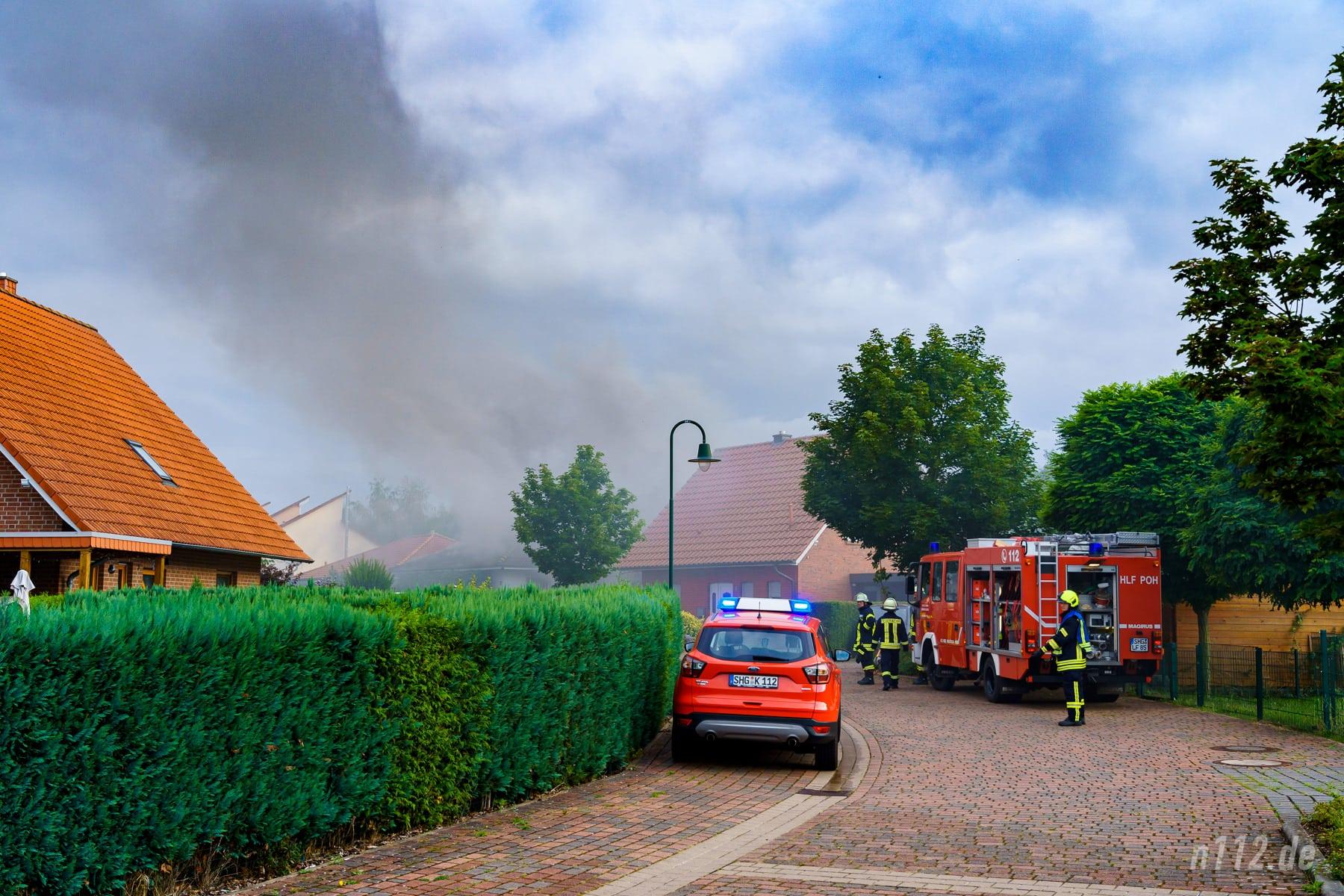 Eine hohe Rauchwolke wies Helfern den Weg zum Brandort (Foto: n112.de/Stefan Simonsen)