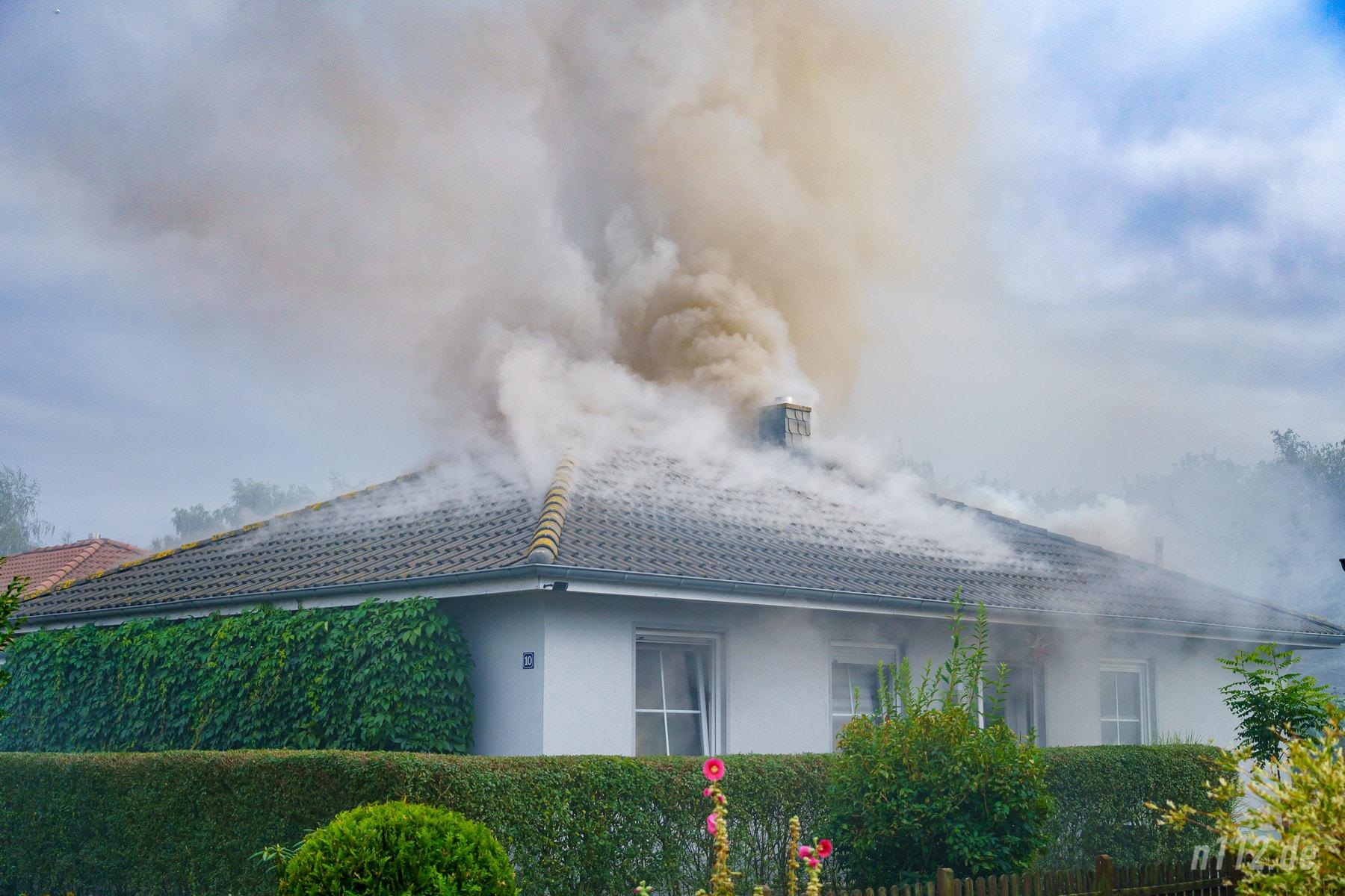 Viel giftiger Rauch: Um alle Einsatzkräfte vor Spätfolgen zu schützen, wird die belasteten Einsatzkleidung der nah am Feuer arbeitenden Helfer getauscht (Foto: n112.de/Stefan Simonsen)