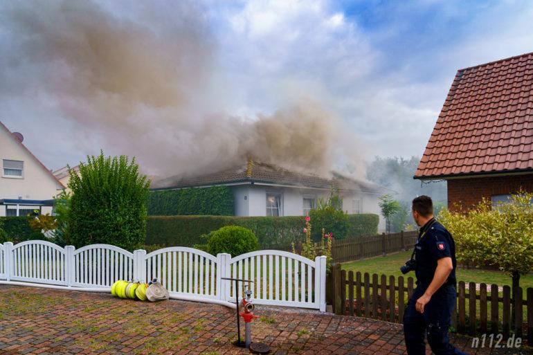 Rauch quillt aus dem Bungalow im Meierfeld (Foto: n112.de/Stefan Simonsen)