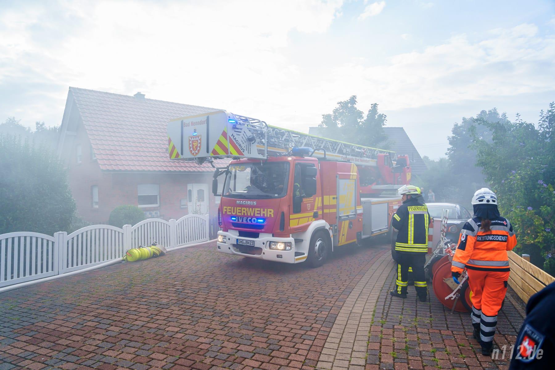 Die Drehleiter trifft am Brandort ein und wird neben dem Bungalow aufgestellt (Foto: n112.de/Stefan Simonsen)