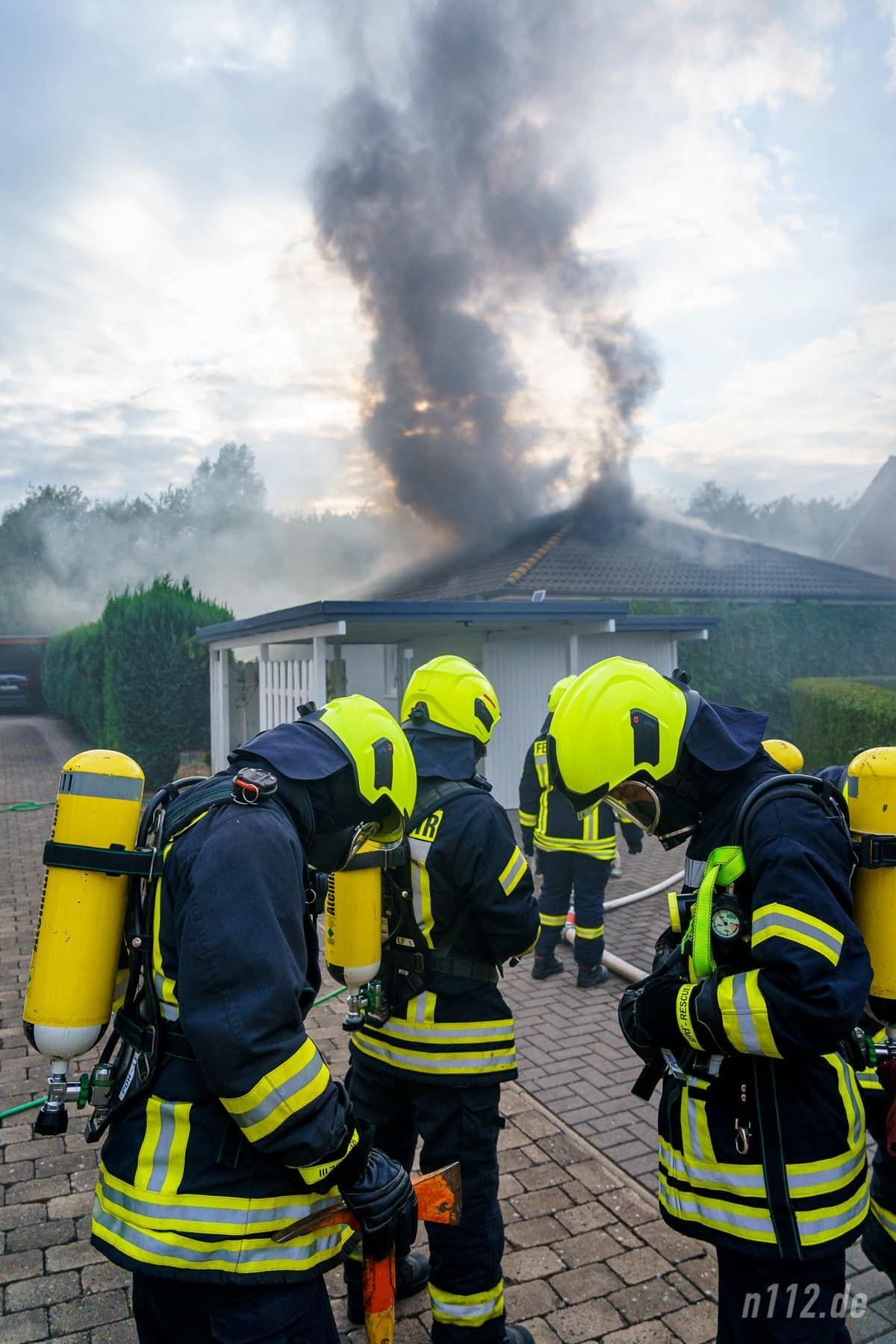 Atemschutzträger bereiten sich für den Einsatz vor (Foto: n112.de/Stefan Simonsen)