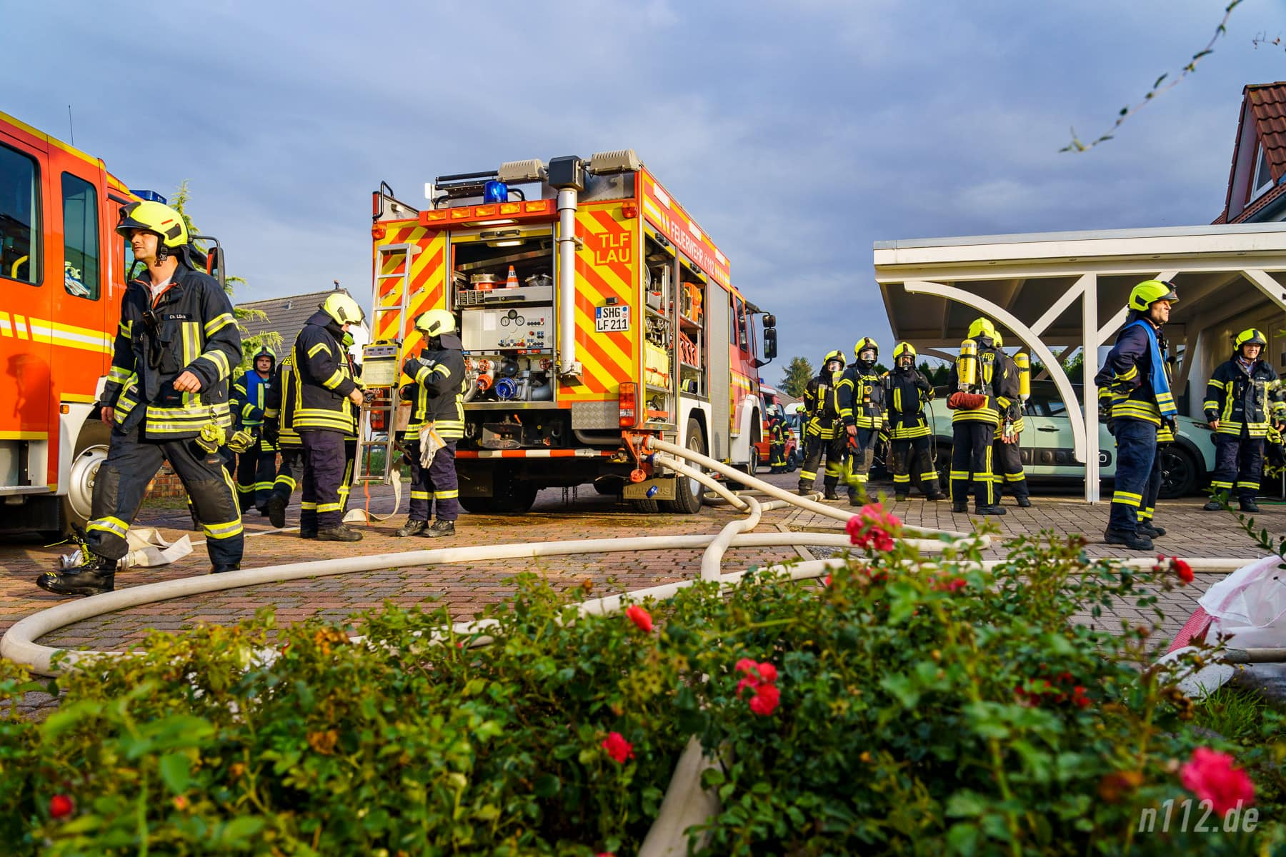 Sieht chaotisch aus, ist aber alles nach Plan: Eine Schlauchleitung führt vom Hydranten zum TLF 3000 der Feuerwehr Lauenau, eine weitere zum Verteiler mit dem Löschangriff (Foto: n112.de/Stefan Simonsen)