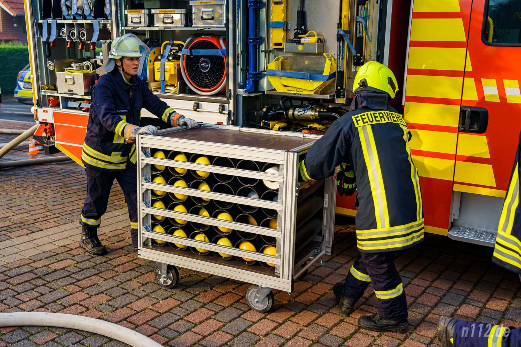 Ein Gestell mit Atemschutzflaschen wird zur Einsatzstelle gerollt (Foto: n112.de/Stefan Simonsen)