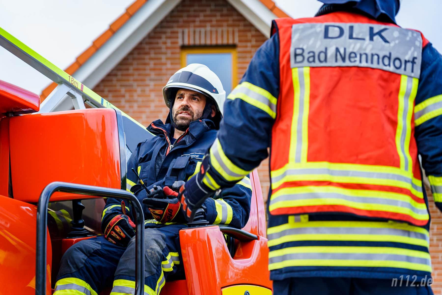 Alles im Blick: Der Maschinist der Drehleiter achtet darauf, dass das Fahrzeug immer sicher steht und ausbalanciert ist (Foto: n112.de/Stefan Simonsen)