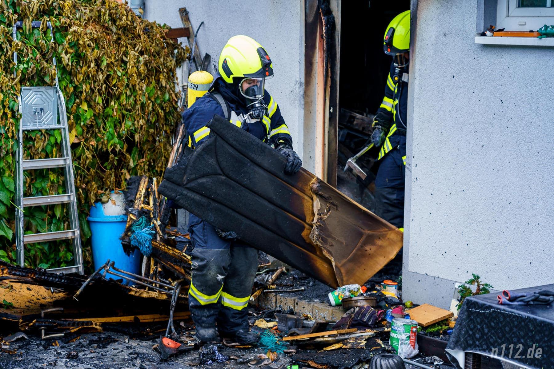 Verkohlte Möbelteile werden aus dem Haus getragen (Foto: n112.de/Stefan Simonsen)