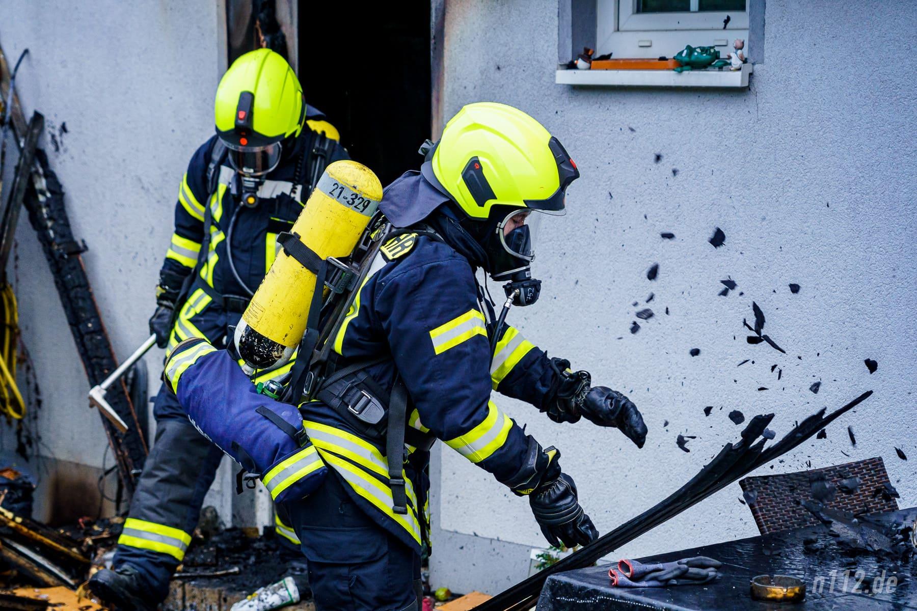 Voller Einsatz unter schwerem Atemschutz (Foto: n112.de/Stefan Simonsen)
