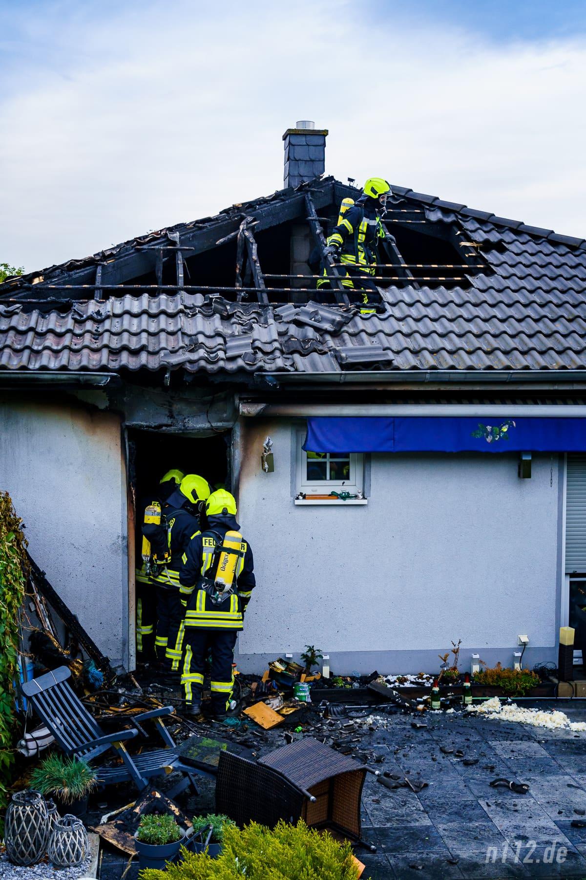 Der Bungalow ist unbewohnbar, aber nicht vollständig ein Raub der Flammen geworden (Foto: n112.de/Stefan Simonsen)