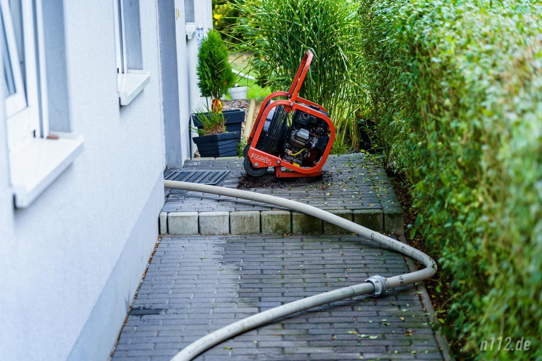 Ein Drucklüfter steht am Hauseingang (Foto: n112.de/Stefan Simonsen)