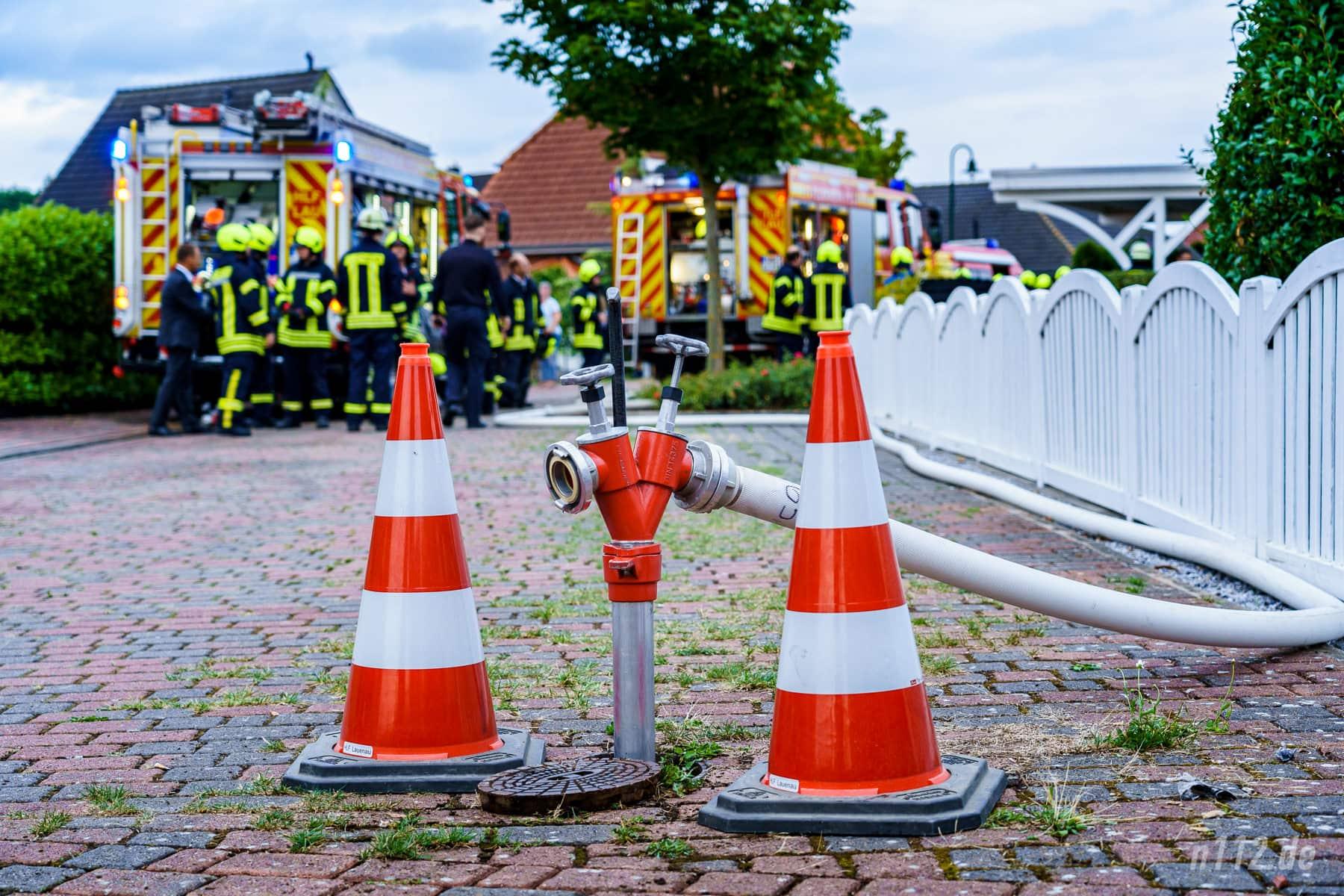 Überlebenswichtig, aber ohne Feuerwehreinsatz leicht zu übersehen: Ein Standrohr steckt in einem geöffneten Unterflurhydrant (Foto: n112.de/Stefan Simonsen)