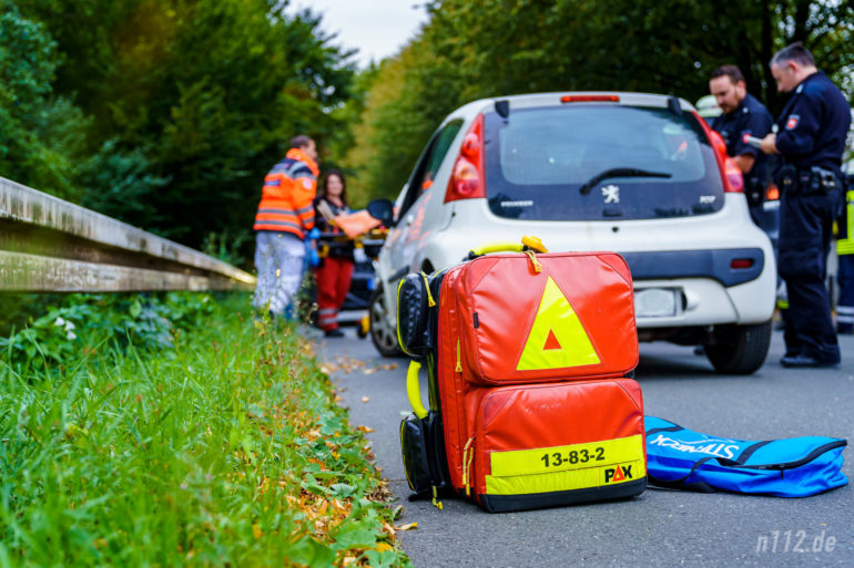 Die Frau wird vom Rettungsdienst untersucht und auf eine Trage gelegt (Foto: n112.de/Stefan Simonsen)