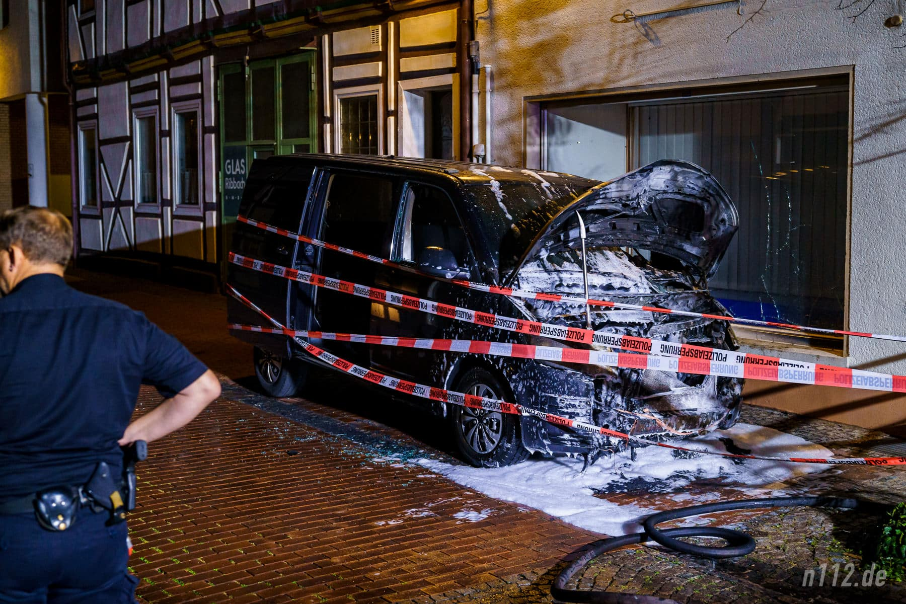 Ausgebrannt und sichergestellt: Der VW-Bus in der Petersilienstraße (Foto: n112.de/Stefan Simonsen)