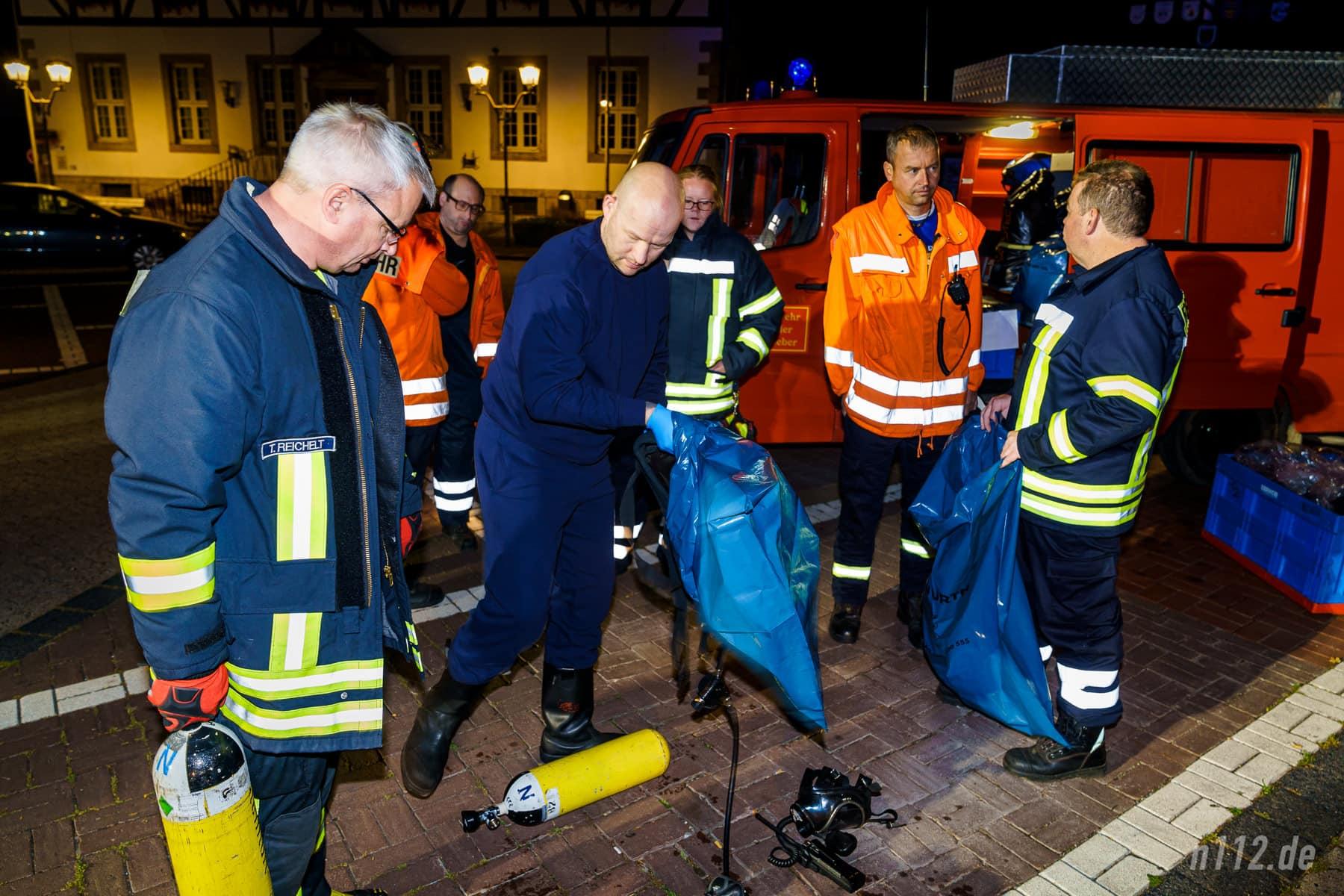 Ein freiwilliger Feuerwehrmann hat seine belastete Einsatzkleidung gegen einen Trainingsanzug getauscht (Foto: n112.de/Stefan Simonsen)