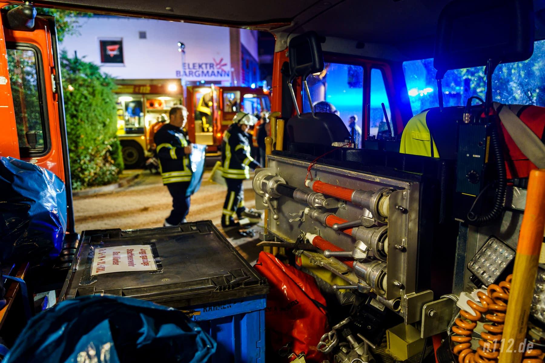 Eines der Fahrzeuge der Feuerwehr Beber. Die Ehrenamtlichen haben sich mit der Enge des alten Fahrzeugs arrangiert - im nächsten Jahr soll ein moderner Nachfolger in Dienst gestellt werden (Foto: n112.de/Stefan Simonsen)