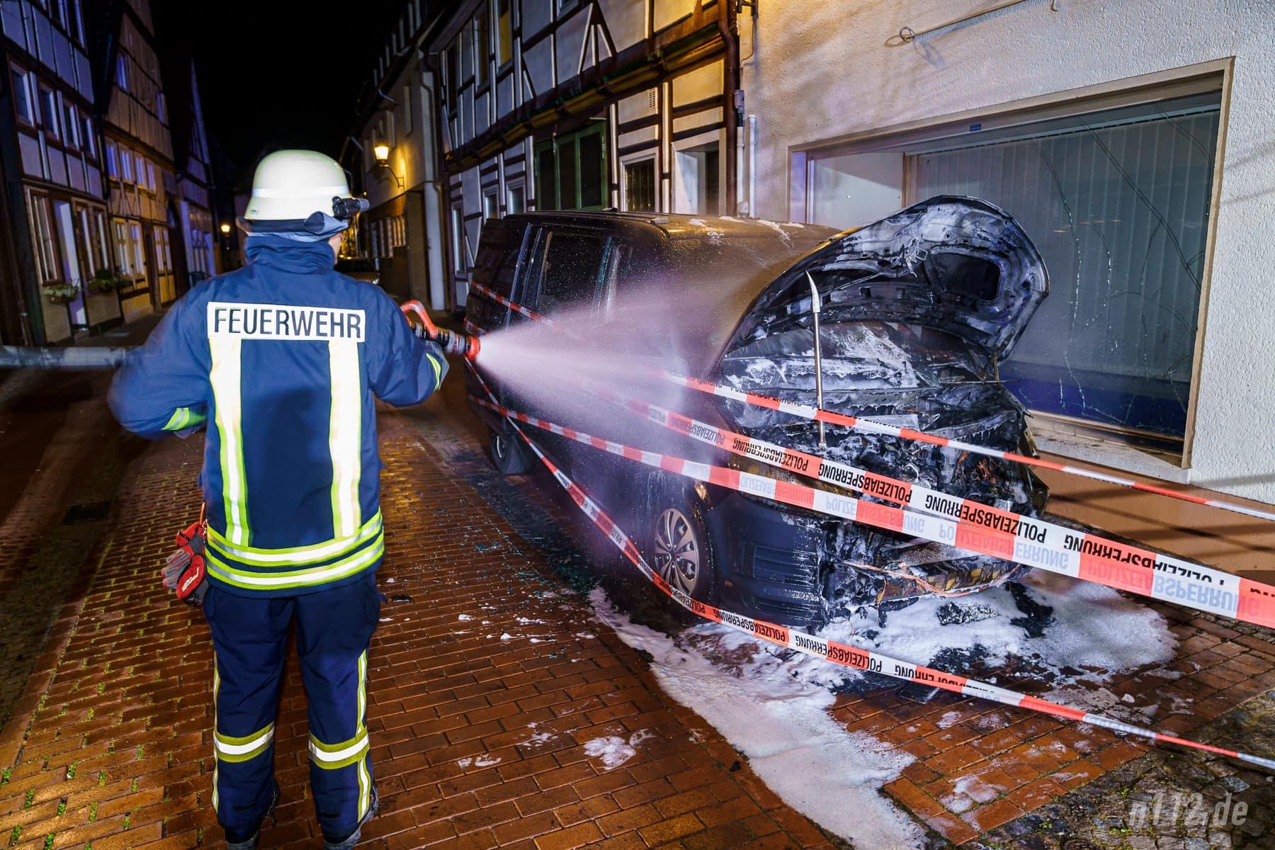 Letzte Glutnester werden mit Wasser gelöscht, nachdem die Polizei das Fahrzeug schon großzügig mit Absperrband eingewickelt hat (Foto: n112.de/Stefan Simonsen)