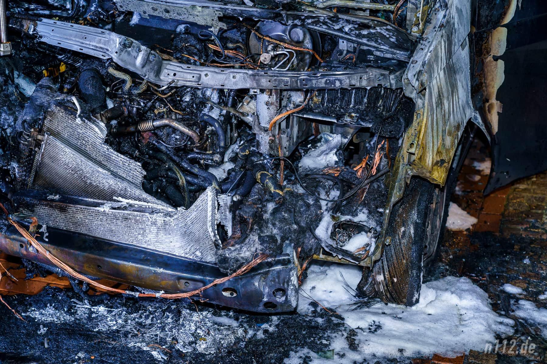Brandausbruch am linken Vorderreifen? Für die Experten der Polizei kann die Brandausbreitung später meist nachvollzogen werden (Foto: n112.de/Stefan Simonsen)