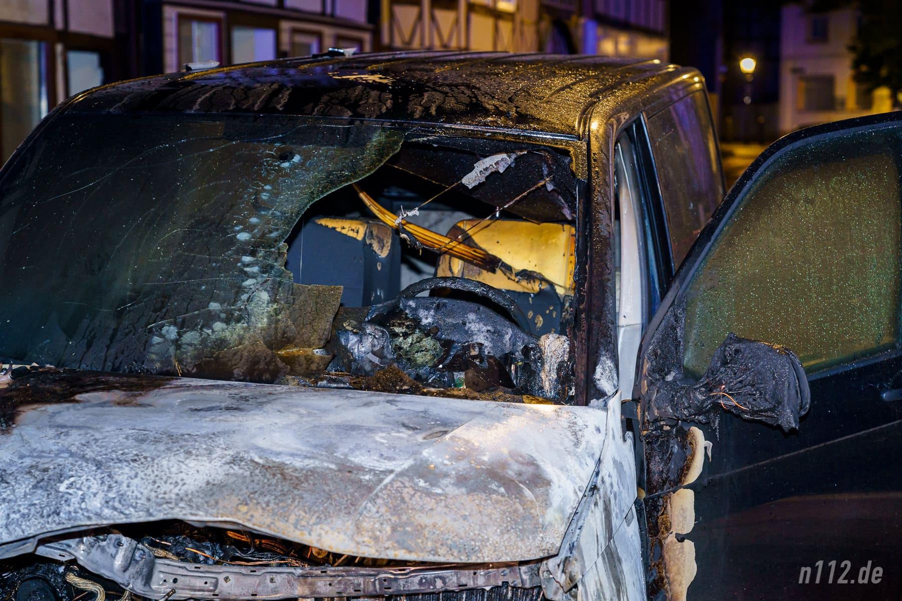 Deutlich zu sehen: Die Flammen breiteten sich von vorne links über den VW-Bus aus (Foto: n112.de/Stefan Simonsen)