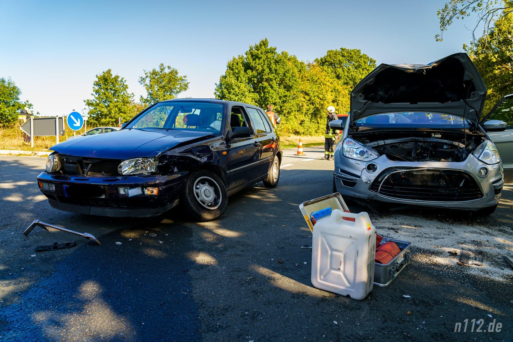 Beide Unfallfahrzeuge stehen in der Mitte der Einmündung, umgeben von Splittern (Foto: n112.de/Stefan Simonsen)