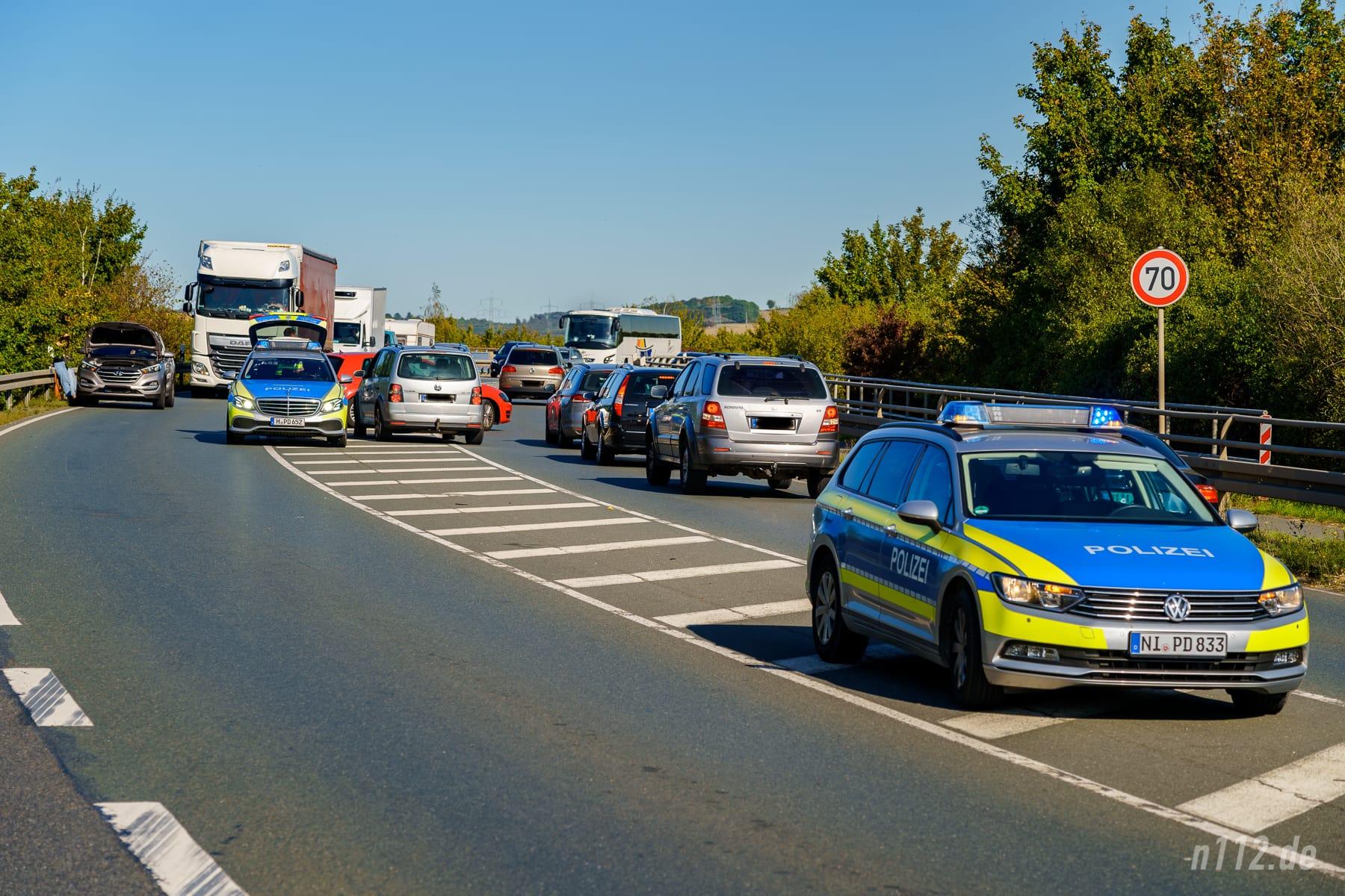Verkehrschaos an der Unfallstelle B442: Zwei Streifenwagen der Autobahnpolizei unterstützten anfangs die Polizisten aus Bad Nenndorf (Foto: n112.de/Stefan Simonsen)