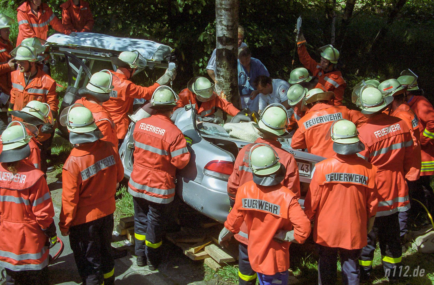 Viele Helfer am Auto: Rettungsarbeiten um das Jahr 1999 herum im Landkreis Harburg (vom Negativ gescannt) (Foto: n112.de/Stefan Simonsen)