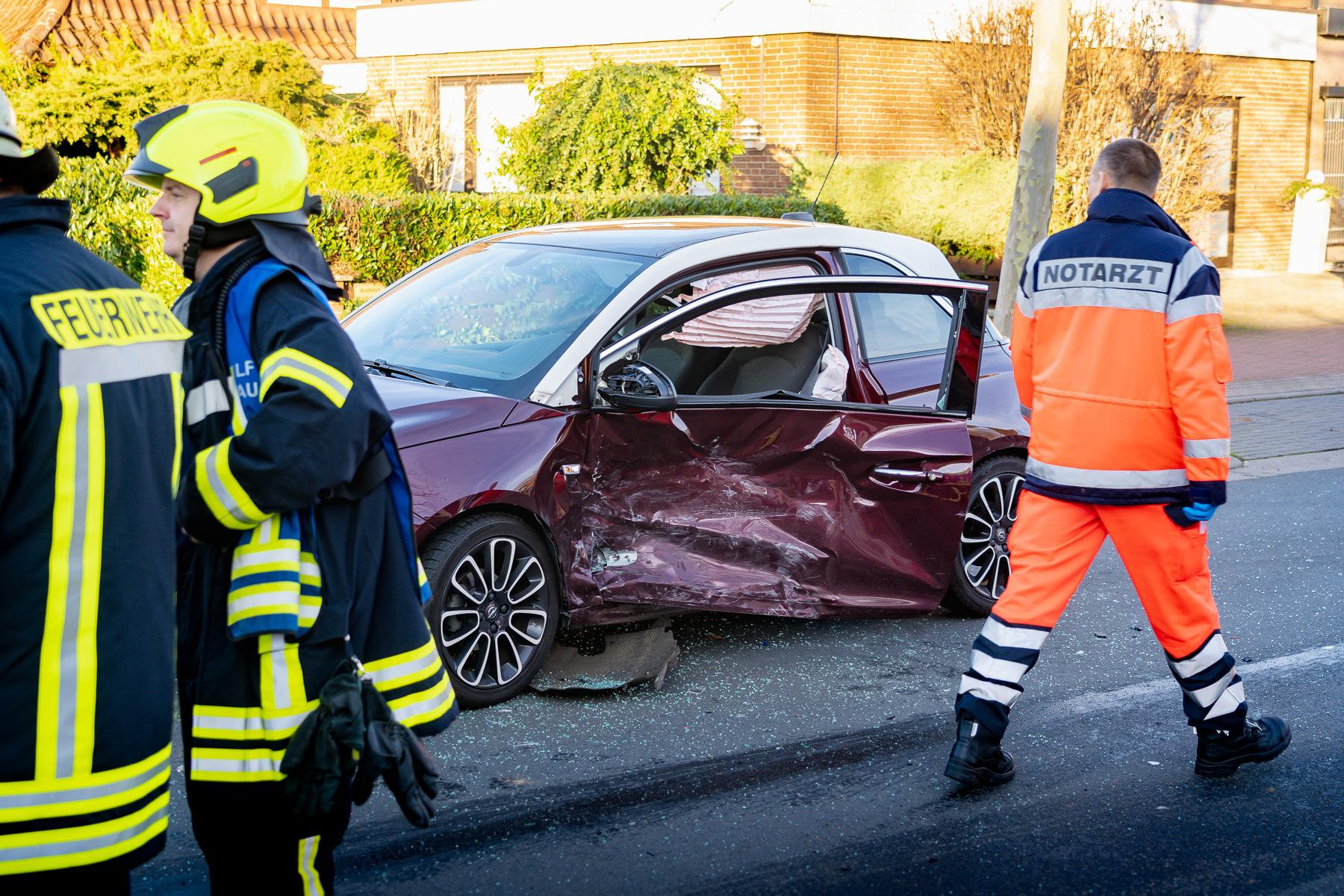 Die Fahrerin dieses Kleinwagens wollte wenden - und übersah einen anderen Wagen (Foto: n112.de/Stefan Simonsen)
